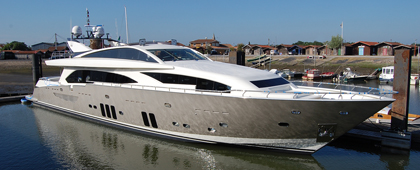Yacht Couach 3700Fly from outside